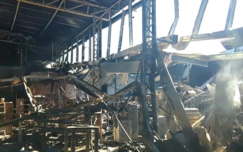 Incêndio destruiu unidade de fabricação de calçados da Carmen Steffens em Franca, SP (Foto: Reprodução/EPTV)