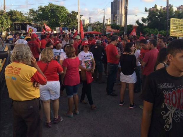 Manifestantes se concentram em frente a shopping na Zona Sul de Natal (Foto: Renato Vasconcelos/ G1)