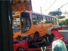 Acidente entre ônibus e carro deixa três mortos e um ferido em Curitiba