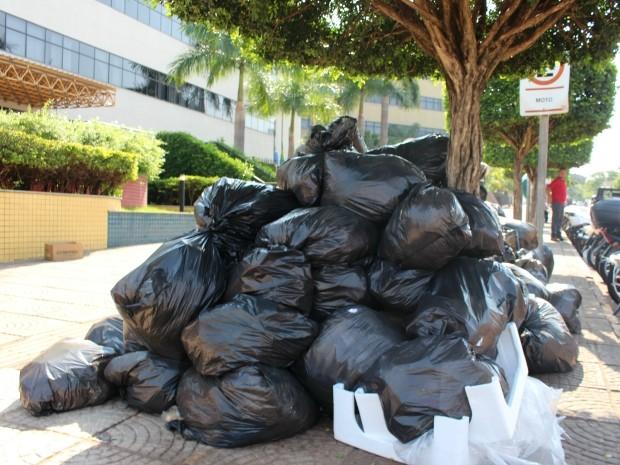 Lixo amontoado em frente ao Fórum de Campo Grande (Foto: Gabriela Pavão/ G1 MS)