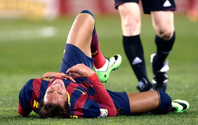 Neymar caído jogo Barcelona contra Real Sociedad (Foto: Reuters)