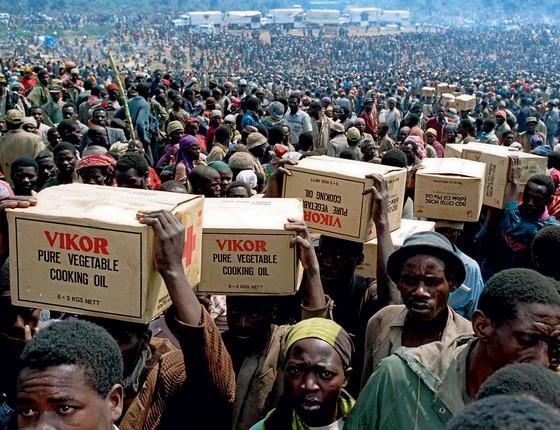 Refugiados carregam alimentos em Ruanda. Em 1994, um genocídio que durou três meses matou mais de 800 mil pessoas no país. As principais vítimas foram ruandeses da etnia tútsi (Foto: Ulli Michel/Reuters)