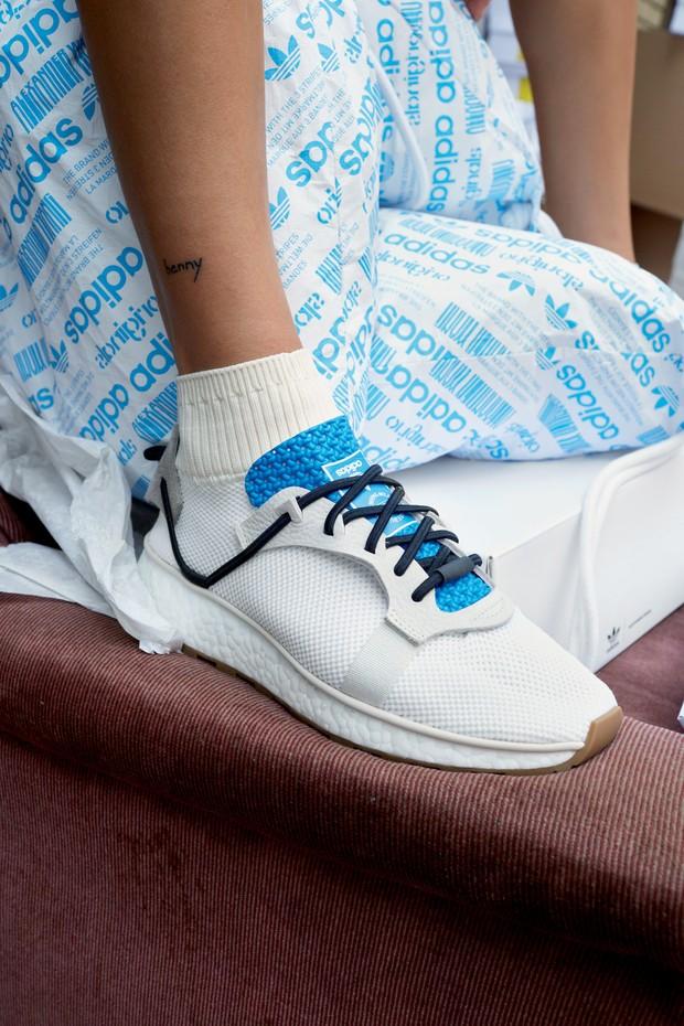 Tênis da coleção adidas Originals by Alexander Wang (Foto: Juergen Teller/Divulgação)