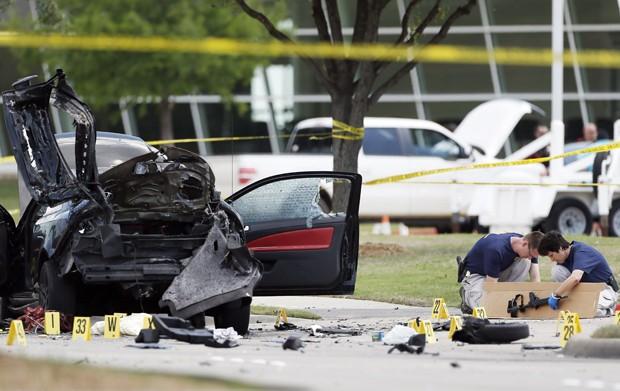 Investigadores recolhem uma arma usada no ataque ao Curtis Culwell Center, em Garland, no Texas, na segunda-feira (4) (Foto: AP Photo/Brandon Wade)
