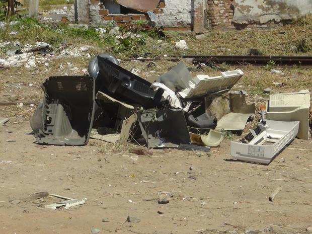 Carcaças de televisões e ar-condicionado são jogados em terrenos em Maceió (Foto: Michelle Farias/G1)