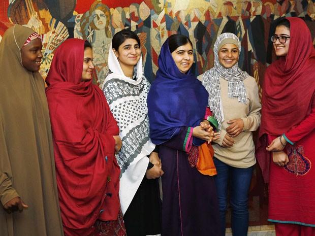 Malala Yousafzai chegou a Oslo acompanhada de outras ativistas pelos direitos da criança (Foto: Suzanne Plunkett/Reuters)