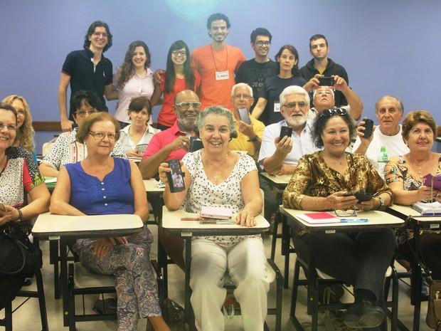Idosos aprendem como usar aplicativos em celulares e tablets na USP de São Carlos (Foto: Henrique Fontes/ICMC)