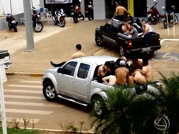 Quadrilha obrigou refém a subir em capô de caminhonete durante fuga (Foto: Reprodução/TVCA)