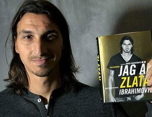 Ibrahimovic com o livro de biografia (Foto: Reprodução)