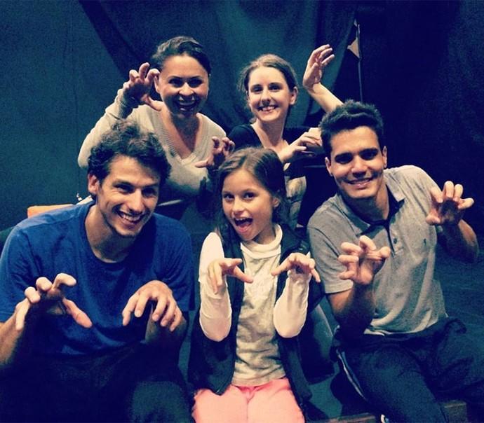 Rafa Gomes fez pose de gatinha com os atores que vão atuar no show dela (Foto: Arquivo pessoal)