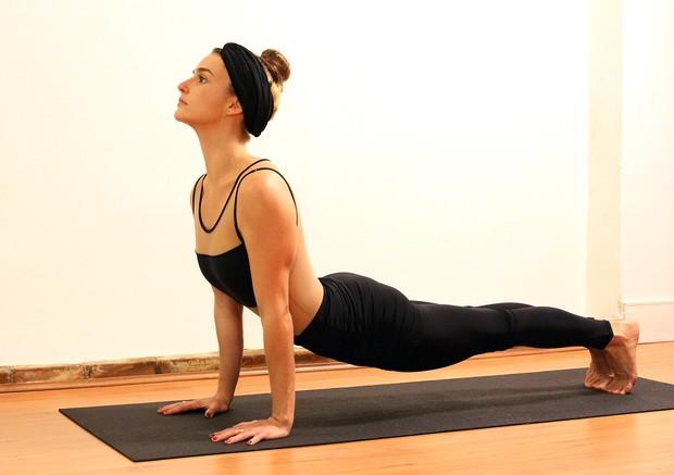 Priscila Steinman, de Totalmente Demais, pratica ioga (Foto: Divulgação)