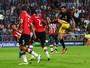 Saúl marca, Oblak defende pênalti, e Atleti estreia com vitória em Eindhoven
