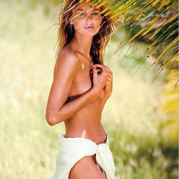 Candice Swanepoel exibe curvas e se cobre apenas com lençol na praia