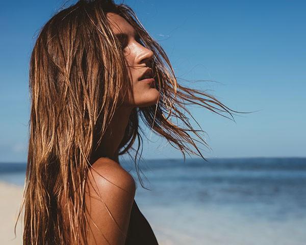 Os cabelos podem ficar sem vida e quebradiços por causa do sol, mar e piscina (Foto: Thinkstock)