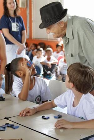 Sr. Garcia com o jogo que ensina tabuada chamado de 'O X da Questão' (Foto: Rafael Gomes)