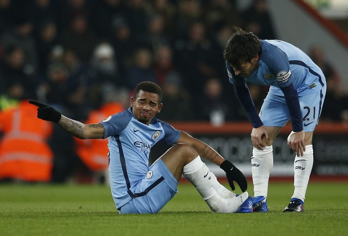 Gabriel Jesus machucado e sem chuteira no gramado ao lado de David Silva em Bournemouth x Manchester City (Foto: Reuters / Peter Nicholls )