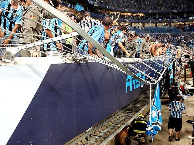 Grade da Arena cede em avalanche e deixa torcedores do Grêmio feridos (Foto: Jefferson Bernardes / AFP)