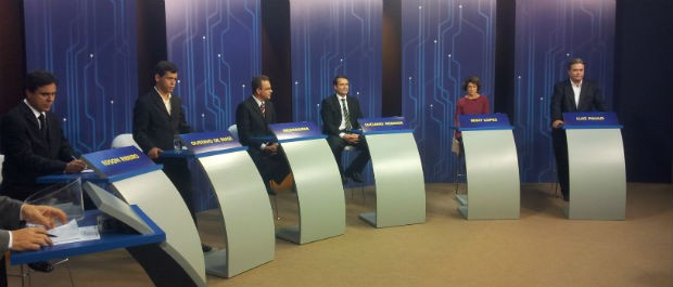 Candidatos no estúdio da TV Gazeta para o debate (Foto: Mariana Perim / G1 ES)