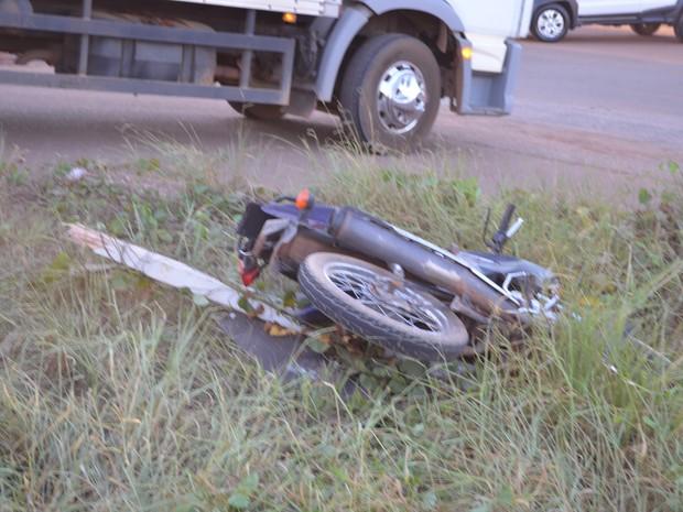 Motocicleta saiu da pista para não colidir contra caminhão (Foto: Rogério Aderbal/G1)