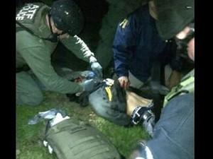 Rede CNN divulga imagem que mostra o suspeito rendido e cercado de policiais (Foto: Reprodução/Twitter/CNN)