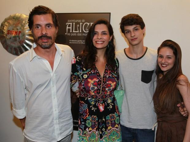 Daniel Alvin e Helena Ranaldi com o filho, Pedro Waddington, em estreia de peça na Zona Oeste do Rio (Foto: Marcello Sá Barretto/ Ag. News)