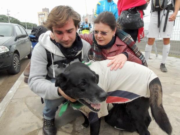 Ignacio chora ao reencontrar cão e é amparado por amiga gaúcha (Foto: Paula Menezes/G1)