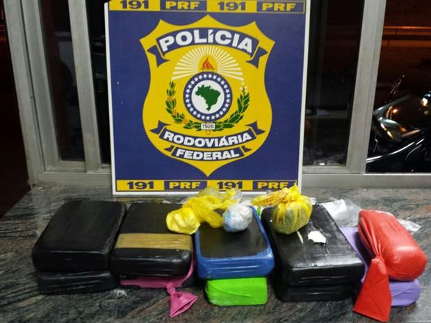 Dez quilos de cocaína foram apreendidos pela PRF (Foto: Polícia Rodoviária Federal / Divulgação)