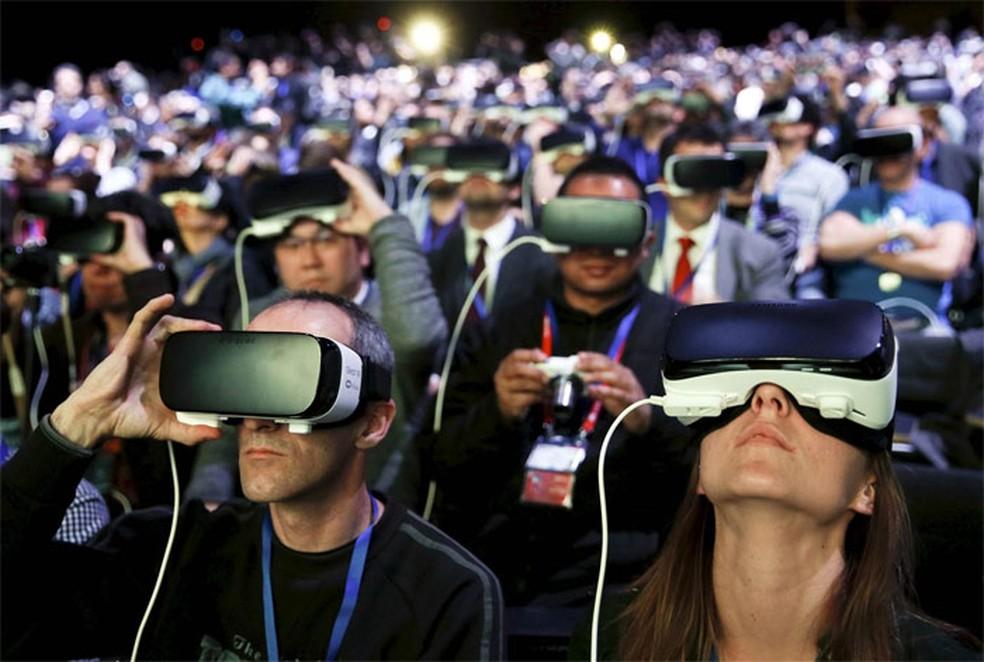 Plateia usa óculos Samsung Gear VR na cerimônia de lançamento dos smartphone S7 e S7 edge em Barcelona, na Espanha (Foto: Albert Gea/Reuters)