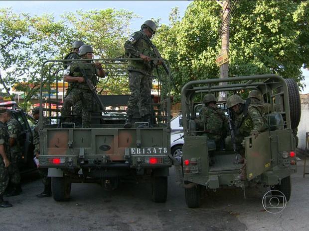 Homem é morto em confronto com as Forças Armadas na Maré/GNews (Foto: Reprodução GloboNews)