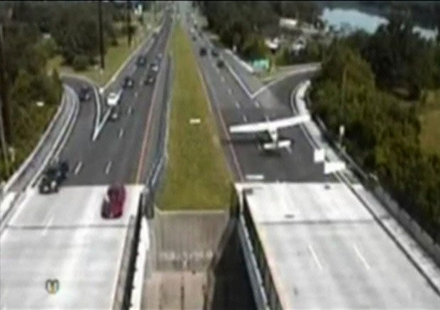 Uma aeronave leve fez um pouso de emergência em uma estrada de Nova Jersey, nos Estados Unidos, evitando por pouco uma colisão com os carros na via expressa (Foto: BBC)