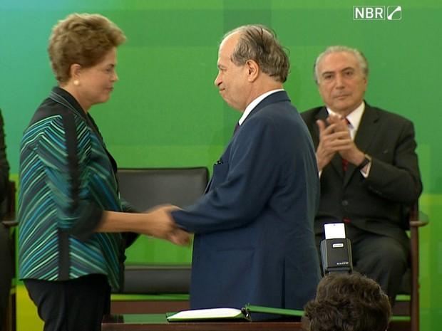 Presidente Dilma Rousseff discursa durante a possse do novo ministro da Educação, Renato Janine (Foto: Reprodução/TV NBR)