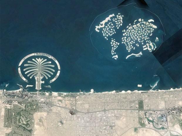 Imagem de satélite mostra as ilhas artificiais de Palm Jumeirah (è esquerda, com forma de palmeira) e The World (à direita, recriando a forma de um mapa-múndi) (Foto: Reprodução/Google)