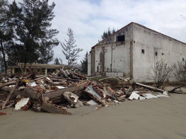 Construção ficou destruída com força da ressaca (Foto: G1)