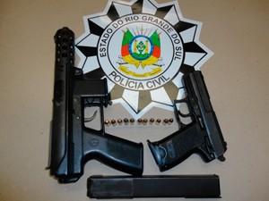 Uma submetralhadora e uma pistola foram encontradas com detento em Rio Grande (Foto: Divulgação/Polícia Civil)