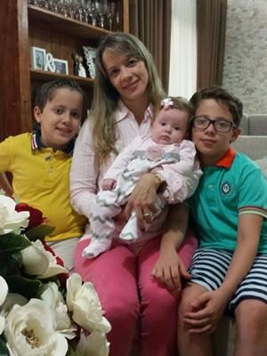 Gêza está em busca de vacina para a filha Carolina, de 4 meses, mas não encontra, em Goiás (Foto: Arquivo pessoal)
