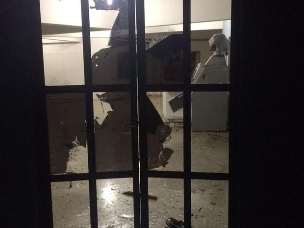 Vidros de porta e terminal bancário ficaram destruídos após explosão de caixa eletrônico (Foto: Divulgação)