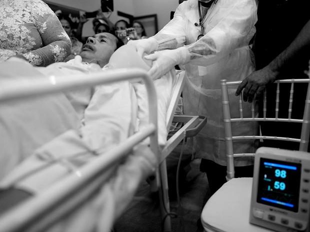 Durante cerimônia usaram técnica para manter paciente respirando  (Foto: Beto Monteiro/Divulgação)