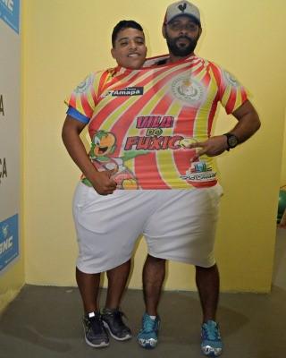 Eliel Correa, dentro de uma de suas antigas roupas, com seu educador físico, Sérgio Costa (Foto: Janine Brasil/G1)