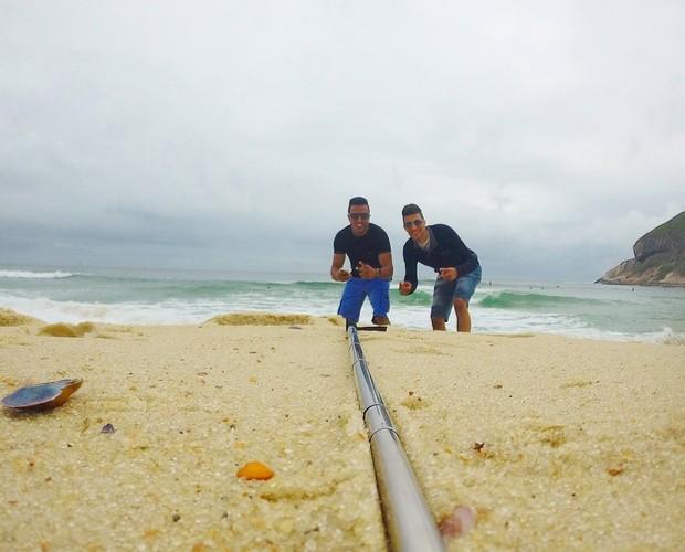 Olha os dois aproveitando a praia (Foto: Arquivo pessoal)