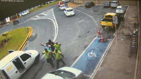 'Fizeram parede humana', diz refém de roubo a carro-forte em aeroporto
