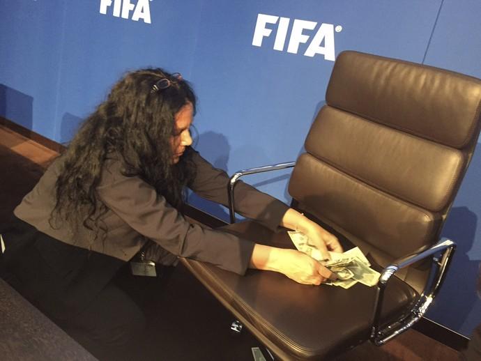 Protesto Fifa Joseph Blatter dinheiro (Foto: AP)