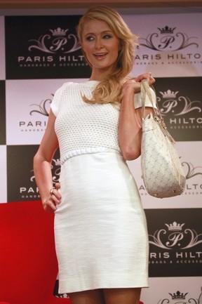 Paris Hilton em inauguração de sua loja em Bogotá, na Colômbia (Foto: John Vizcaino/ Reuters)