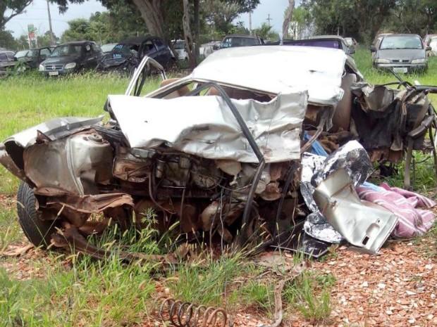 Carro ficou praticamente destruído depois do acidente (Foto: Carlos Alberto Soares/ TV TEM)