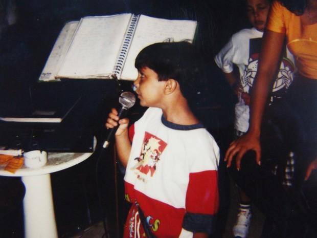 O Luanzinho soltando a voz. Aos 10 anos ele já cantava em inglês (Foto: Arquivo pessoal cedido ao Sai do Chão)
