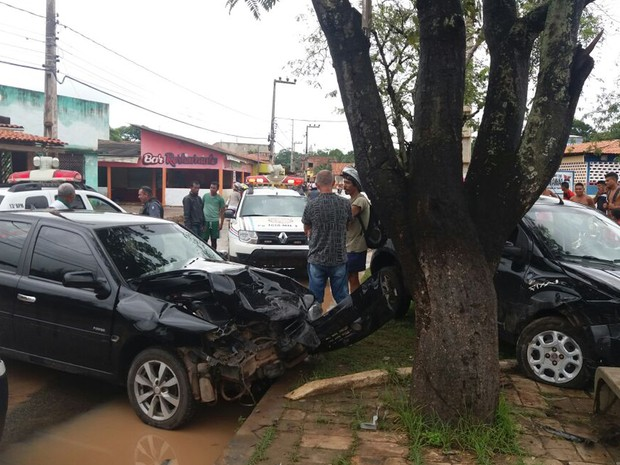 Suspeitos perderam o controle, subiram o canteiro e bateram o carro em outro veículo em Paço do Lumiar (MA) (Foto: Alessandra Rodrigues/Mirante AM)