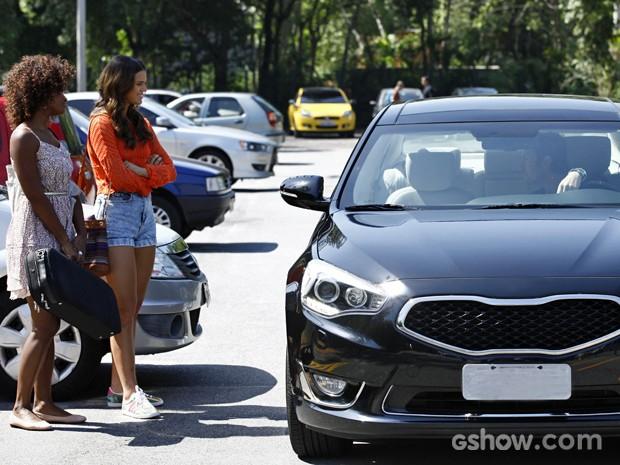Laerte aborda Luiza na faculdade e se oferece para dar aula de flauta (Foto: Inácio Moraes/ TV Globo)