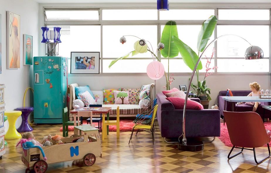 A geladeira antiga, adquirida numa loja do centro de São Paulo, é o destaque da sala da artista plástica Lulu. Sobre o eletrodoméstico fica uma cuíca. Repare como a área social tem espaço para os móveis e objetos da filha Philippine Ipanema, 2 anos