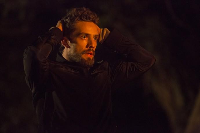 César fica desconcertado ao ver a cena, de longe (Foto: Felipe Monteiro/Gshow)