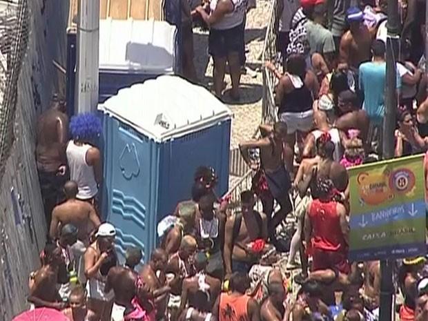 Foliões fazem xixi atrás de banheiro químico no desfile do Bola Preta (Foto: Reprodução / TV Globo)