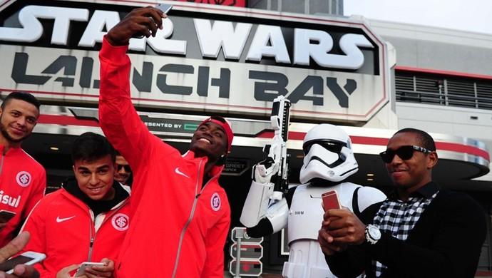"""Anderson em foto com """"stormtroopers"""" da série Star Wars (Foto: Ricardo Duarte / Inter, DVG)"""